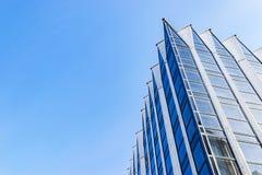 Detail van de bureaubouw buitenkant Bedrijfsgebouwenhorizon die omhoog met blauwe hemel kijken Moderne architectuurflat High-tech stock fotografie