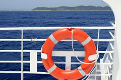 Detail van de de bootleuning van de cruise het witte in blauwe overzees Stock Afbeelding