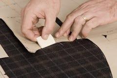 Detail van de hand van de kleermaker met krijt Royalty-vrije Stock Afbeelding