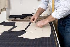 Detail van de hand van de kleermaker met krijt stock foto