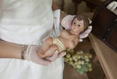 Detail van de handen van een kerkgemeenschapmeisje royalty-vrije stock foto