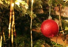 Detail van de heldere rode decoratie van de Kerstmisboom Royalty-vrije Stock Afbeelding