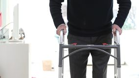 Detail van de Hogere Mens die het Lopen Kader thuis gebruiken stock videobeelden