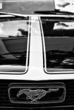 Detail van de kap en het embleem van een sportwagen Ford Mustang Royalty-vrije Stock Afbeeldingen