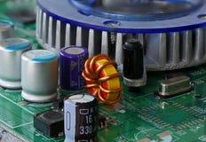 Detail van de kringen, de kabels en de raad binnen een cpu van een PC-computer stock foto