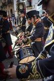 Detail van de musicus die de trommel spelen die een score, Linares, Jaen provincie, Andalusia, Spanje kijken stock afbeeldingen