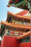 Detail van de ornamenten op het dak van de gebouwen van de Verboden stad Peking stock afbeeldingen
