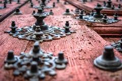 Detail van de oude granaatdeuren van de kathedraal van Salamanca stock foto's