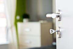 Detail van de sleutel in de deur met mooie moderne slaapkamer Stock Afbeeldingen