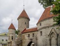 Detail van de Viru-Poort en de middeleeuwse torens van de Oude Stad van Tallinn, Estland royalty-vrije stock fotografie
