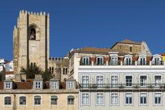 Detail van de voorgevel van traditionele gebouwen met de klokketoren van de Kathedraal van Lissabon op de achtergrond in Lissabon Royalty-vrije Stock Fotografie