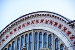 Detail van de voorgevel van halfronde muur met lege overspannen vensters zonder glas De oude bouw Stock Foto