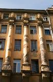 Detail van de voorgevel van het huis met Ionische kolommen Stock Afbeeldingen