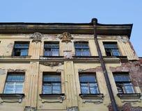 Detail van de voorgevel van het oude huis met twee standbeelden Stock Afbeelding