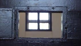 Detail van deur van het de gevangenisvenster van de mensenhand de openings, een blik binnen stock footage
