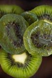 Detail van droge kiwiplakken met rijp fruit op houten achtergrond Royalty-vrije Stock Afbeelding