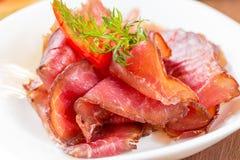 Detail van dunne plakken van kruidige salami Stock Foto