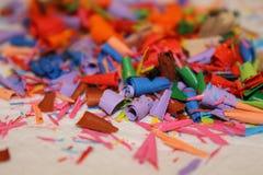 Detail van een abstract beeld van een stapel of een hoop van gekleurde spaanders of overblijfselen van kleurpotloden Stock Fotografie
