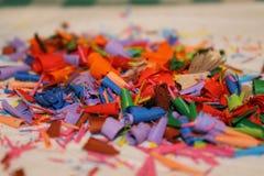 Detail van een abstract beeld van een stapel of een hoop van gekleurde spaanders of overblijfselen van kleurpotloden Stock Afbeeldingen