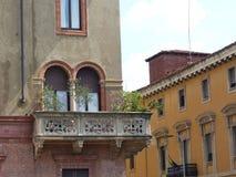 Detail van een antiek balkon met installaties in de oude bouw van Milaan, Italië stock afbeeldingen