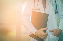 Detail van een arts die een klembord houden Stock Foto's