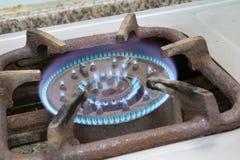 Detail van een brandend gasfornuis met blauwe vlammen Royalty-vrije Stock Afbeeldingen