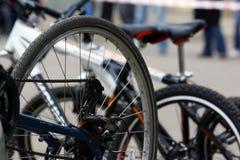 Detail van een fietswiel met spokes, ketting en versnellingshandelhub stock fotografie