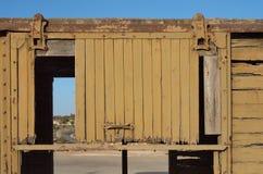Detail van een gebroken deur van verlaten houten railwa stock fotografie