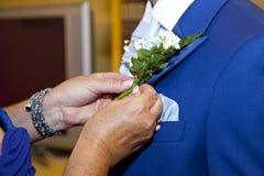 Detail van een groom's blauw kostuum op zijn huwelijksdag stock afbeelding