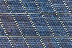 Detail van een grote muur van zonnepanelen royalty-vrije stock afbeeldingen