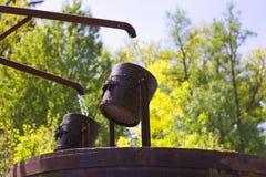 Detail van een houten emmer pompend water Royalty-vrije Stock Foto's