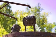 Detail van een houten emmer pompend water Royalty-vrije Stock Afbeeldingen