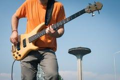 Detail van een jonge musicus het spelen basgitaar Royalty-vrije Stock Fotografie