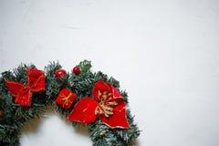 detail van een Kerstmiskroon op een witte geweven achtergrond, exemplaarruimte stock afbeelding