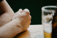 Detail van een mannelijke hand met een drank stock foto