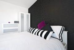 Detail van een moderne slaapkamer met het bed van de koningsgrootte Stock Fotografie