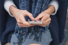 Detail van een mooi meisje die in de stadsstraten texting Stock Foto's