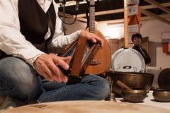 Detail van een musicus het spelen instrument bij Olis-Festival in Milaan, Italië Royalty-vrije Stock Foto's