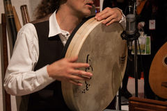 Detail van een musicus het spelen pecussioninstrument bij Olis-Festival in Milaan, Italië Royalty-vrije Stock Afbeeldingen