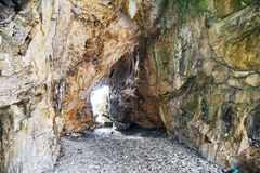 Detail van een natuurlijk hol op het strand stock foto's