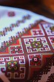 Detail van een Oosteuropees nationaal patroon op een witte handdoek stock afbeelding