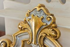 Detail van een oud gesneden Italiaans houten meubilair met bloemen enkel herstelde elementen royalty-vrije stock afbeeldingen