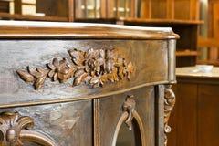 Detail van een oud Italiaans houten meubilair van de 19de enkel herstelde eeuw royalty-vrije stock afbeeldingen