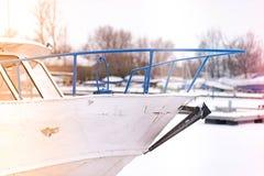 Detail van een oude die toeristenboot bij haven in de winter wordt vastgelegd stock foto's