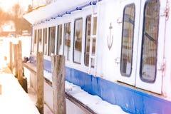 Detail van een oude die toeristenboot bij haven in de winter wordt vastgelegd royalty-vrije stock afbeeldingen