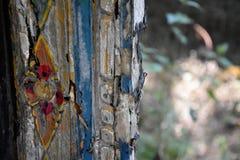 Detail van een oude doorstane houten plank met verfresidu's royalty-vrije stock foto's