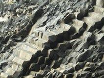 Detail van een regelmatig-gevormde vorming van de basaltsteen in aanwezigheid van een heuvel stock foto's