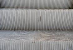 Detail van een roltrap met twee die stappen van de voorzijde omhoog worden voorgesteld royalty-vrije stock fotografie