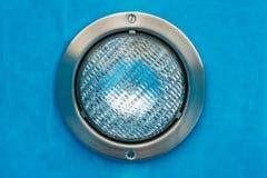 Detail van een ronde poolschijnwerper met blauwe achtergrond stock afbeeldingen