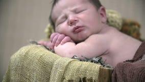 Detail van een sjaal en een rustende baby wordt geschoten die stock video